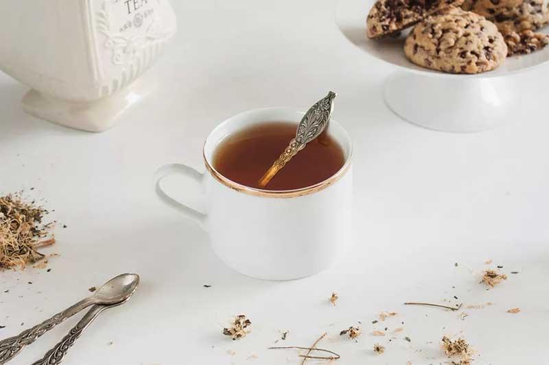 پاک کردن لکه چای از مبل
