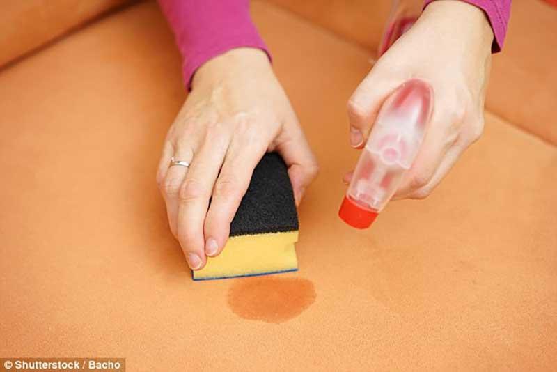 نحوه پاک کردن لکه آلبالو از مبل