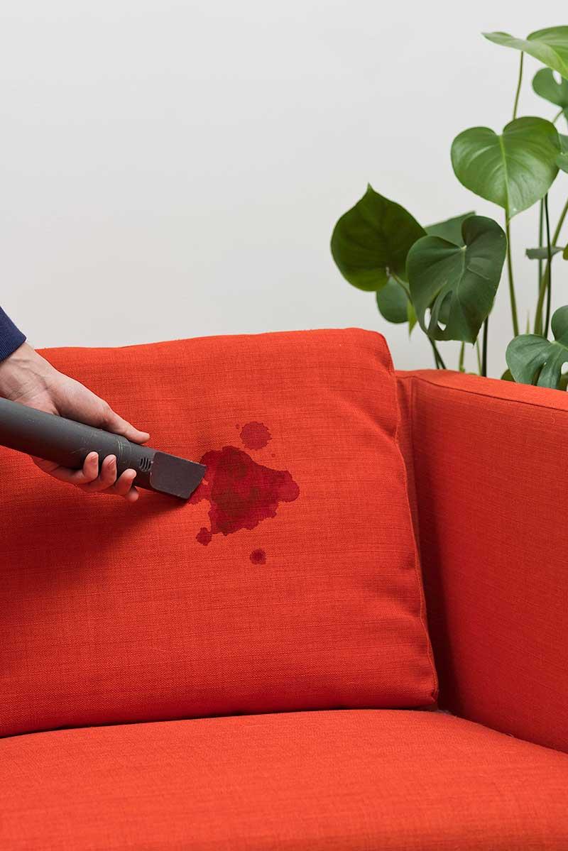 آموزش پاک کردن لکه آلبالو از مبل