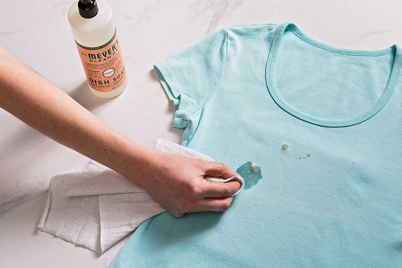 پاک کردن لکههای چربی از روی لباس